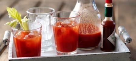 bloody mary prepara una zumo de tomate Prepara una zumo de tomate bloody mary